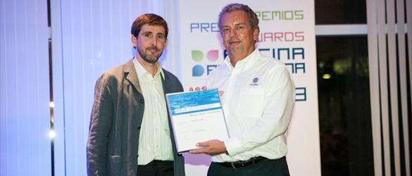Patrik Sanden, de PS Pool, recogiendo la mención especial concedida en Piscina BCN 2013